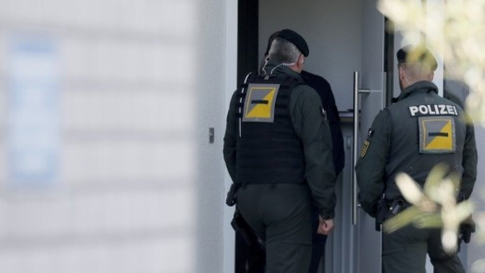 Police officers stand in front of the house where a suspect in the bombing attack on team bus of Borussia Dortmund was arrested, in Rottenburg (21 April 2017)