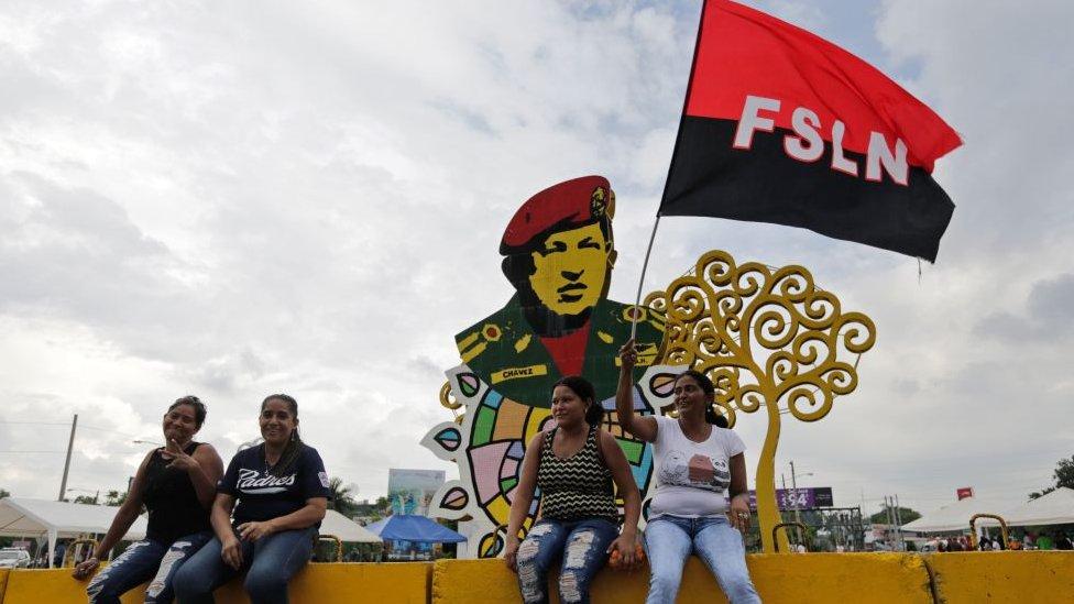 Simpatizantes sandinistas frente al monumento a Hugo Chávez en Managua
