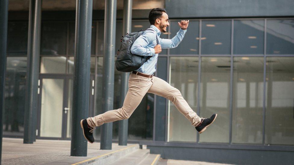 Hombre corre tras la salida del trabajo.
