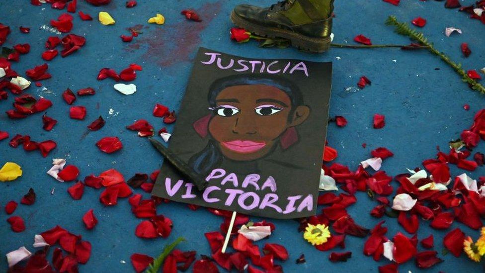 Protesta con un cartel de justicia para victoria.
