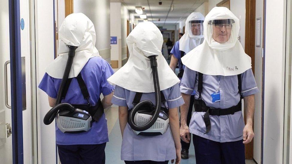 Personal médico con máscaras especiales en el Hospital Universitario de Southampton, Reino Unido.