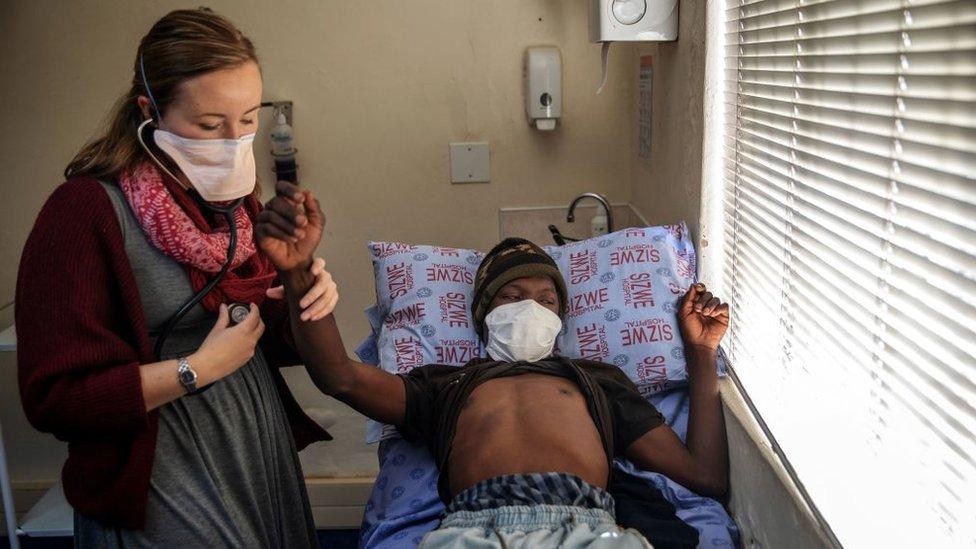La doctora Pauline Howell examina a una paciente del programa Nix-TB en el hospital de Enfermedades Tropicales Sizwe , en Johannesburgo, Sudáfrica
