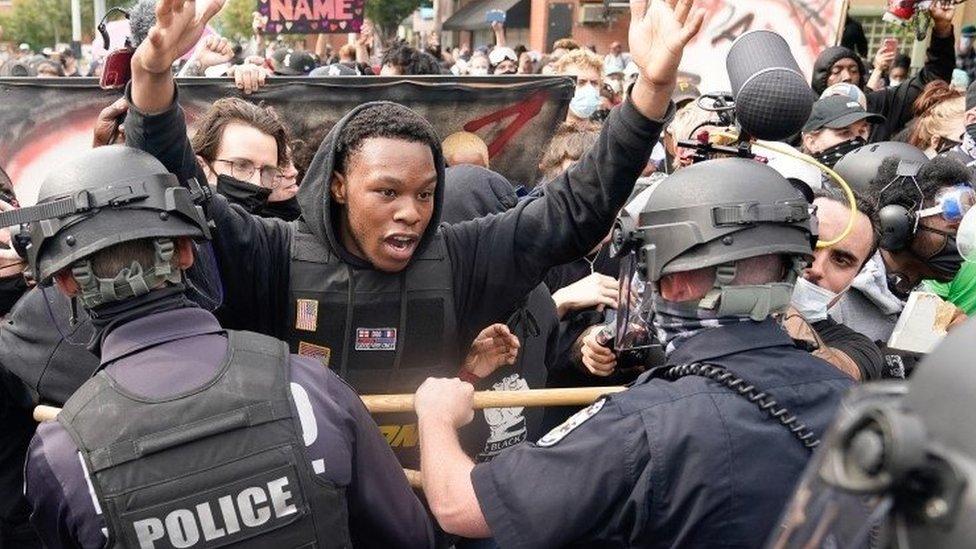 مواجهات بين الشرطة ومحتجين بعد قرار المحلفين.