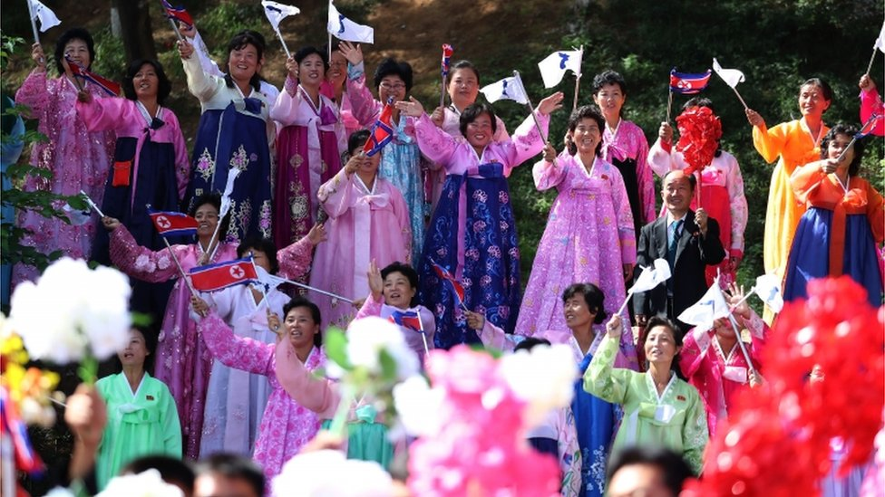 Severnokorejanci u narodnim nošnjama pozdravljaju Muna