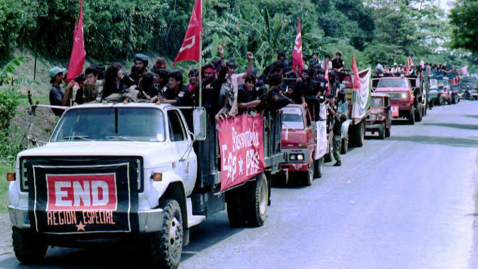 Camiones con militantes del FMLN en El Salvador.