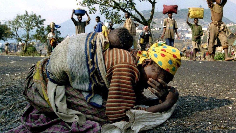 Una mujer ruandesa con su bebé en la espalda, después de huir de Ruanda en 1994.