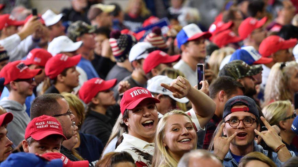 Jóvenes en en evento de campaña de Trump