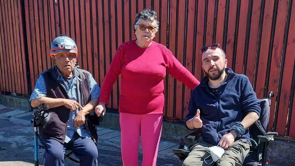 Gabriel junto a sus padres Sergio y Gabriela