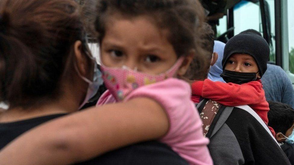 لاجئون على الحدود بين الولايات المتحدة والمكسيك
