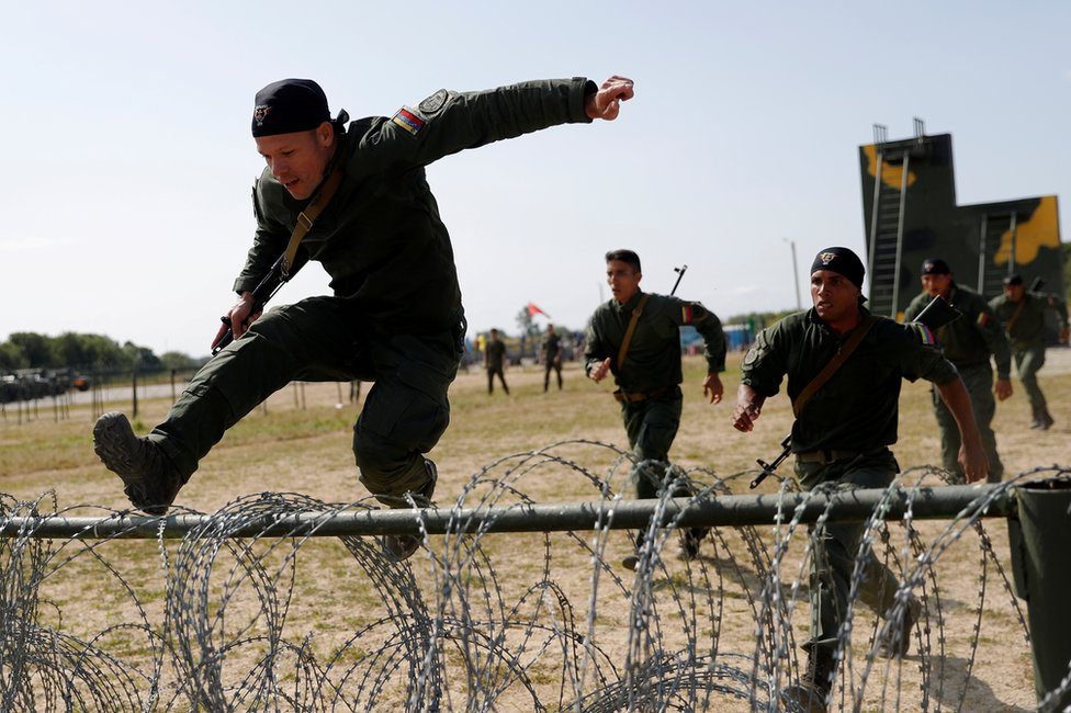 委內瑞拉陸戰隊員跳躍鐵絲網。