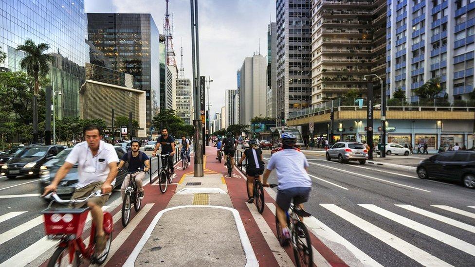 Gelişmekte olan dünyanın kalabalık kentlerinde insanlar alternatif ulaşım yöntemleriyle ilgileniyor