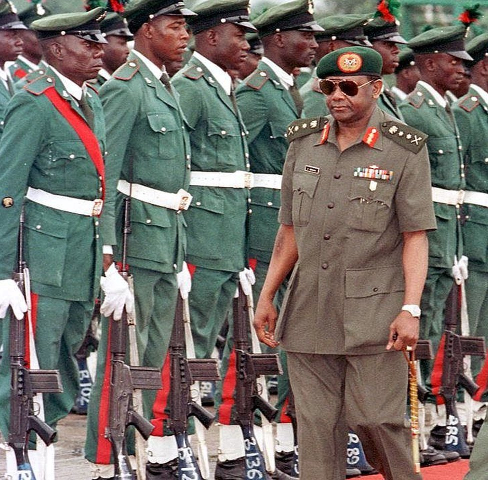 Foto de 1996 mostra Sani Abacha no aeroporto de Abuja na frente de soldados