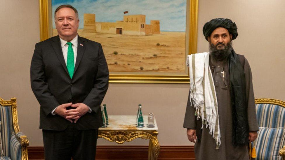 Mike Pompeo y Abdul Ghani Baradar