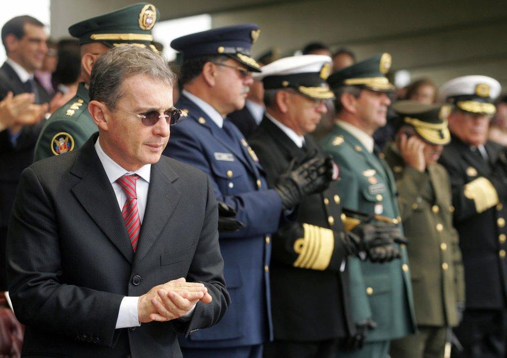Álvaro Uribe y sus jefes militares