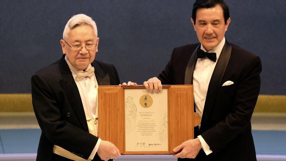 余英時(左)在台北從時任台灣總統馬英九(右)手中接過唐獎獎狀(18/9/2014)