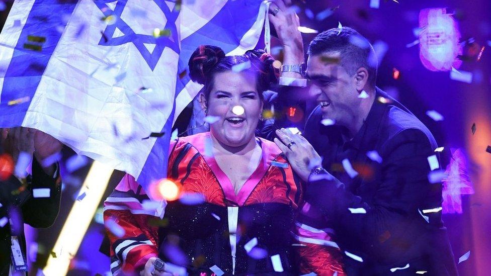 Netta celebra con la bandera de Israel