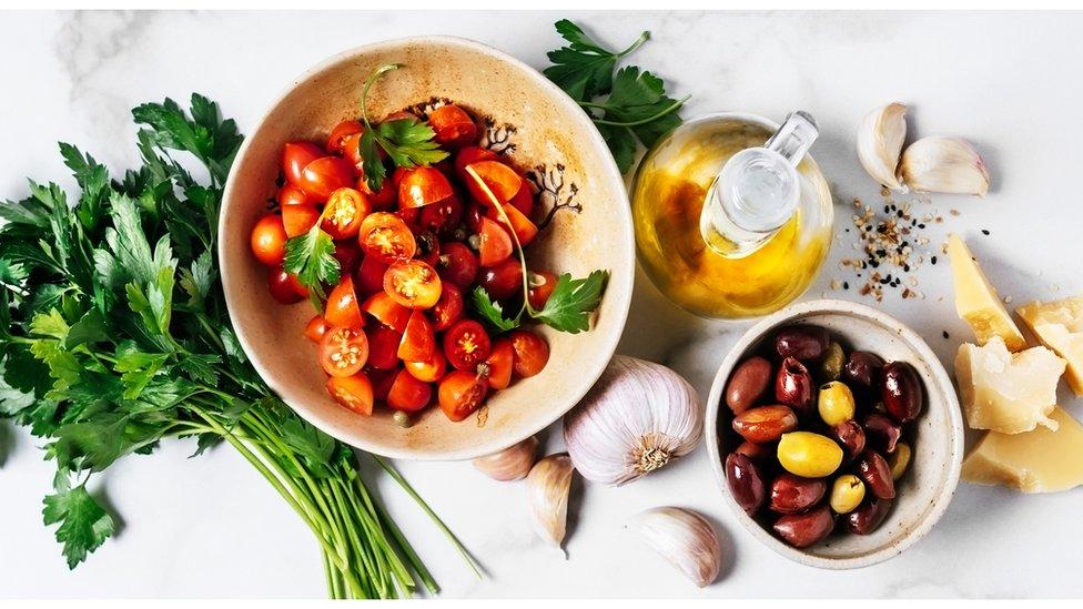 La dieta mediterránea, que contiene muchas frutas, verduras y aceites insaturados, suele ser calificada por los científicos como la más saludable