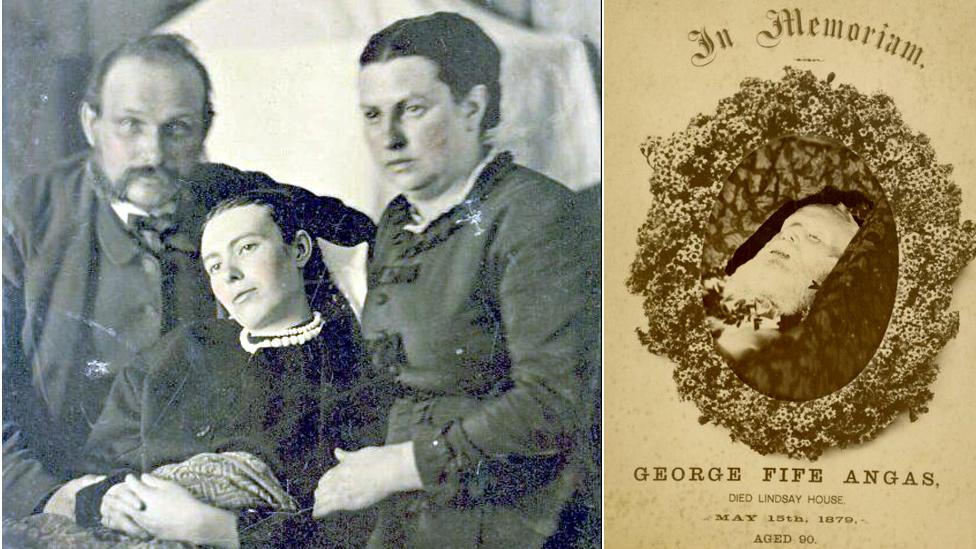 Familia con mujer muerta y foto de persona mayor