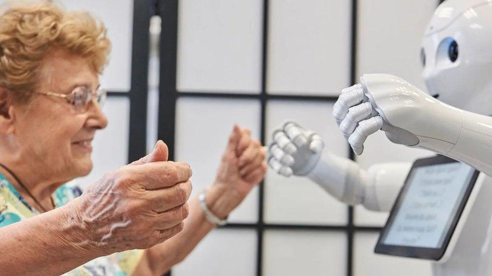 特別設計用來與老人互動的機器人 Pepper。