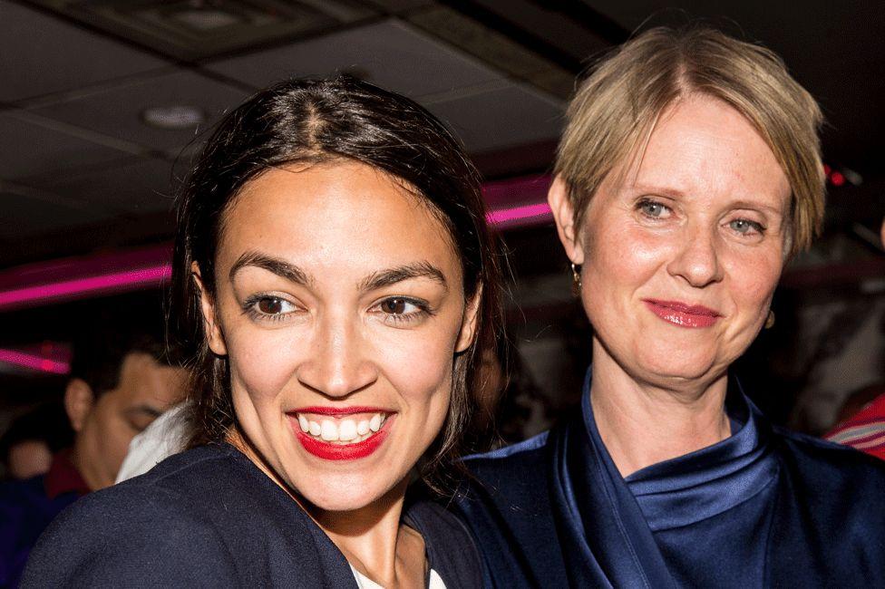 Cynthia Nixon (derecha) y Alexandria Ocasio-Cortez.