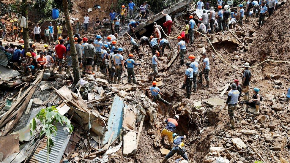 Spasioci prekopavaju po blatu i po ruševinama u potrazi za telima stradalih ljudi