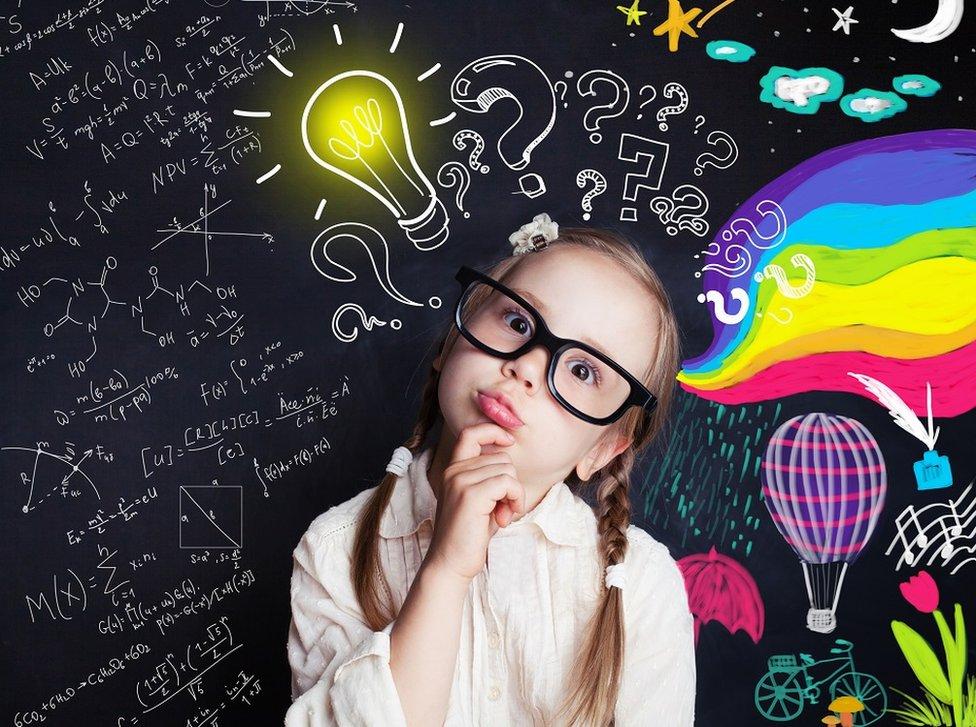 بنت صغيرة ومصباح أصفر وأدوات مدرسية