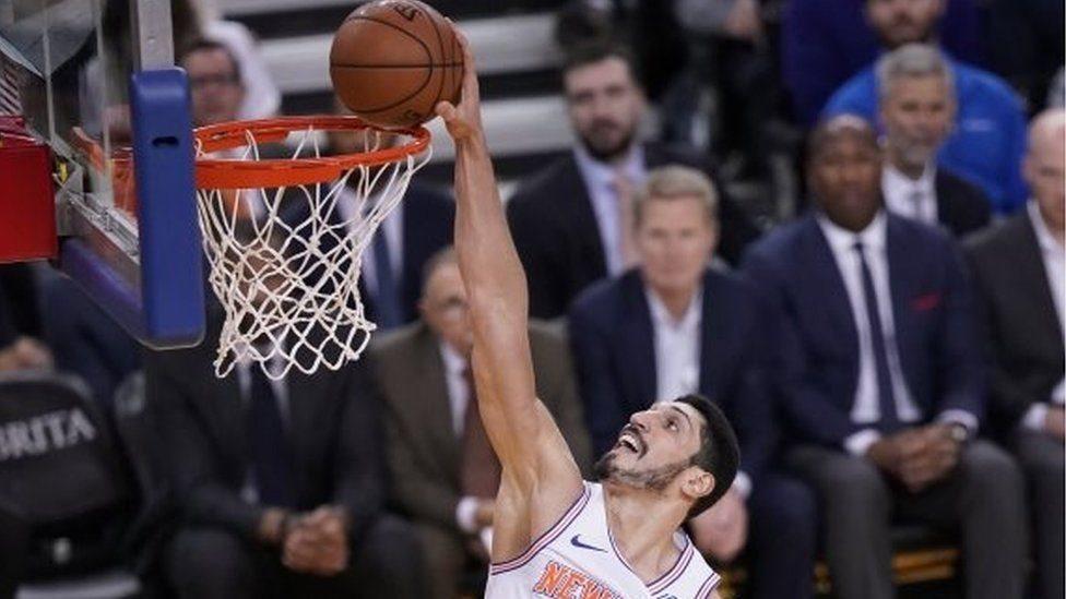 تركيا تصدر مذكرة توقيف دولية بحق لاعب السلة أنس كانتر