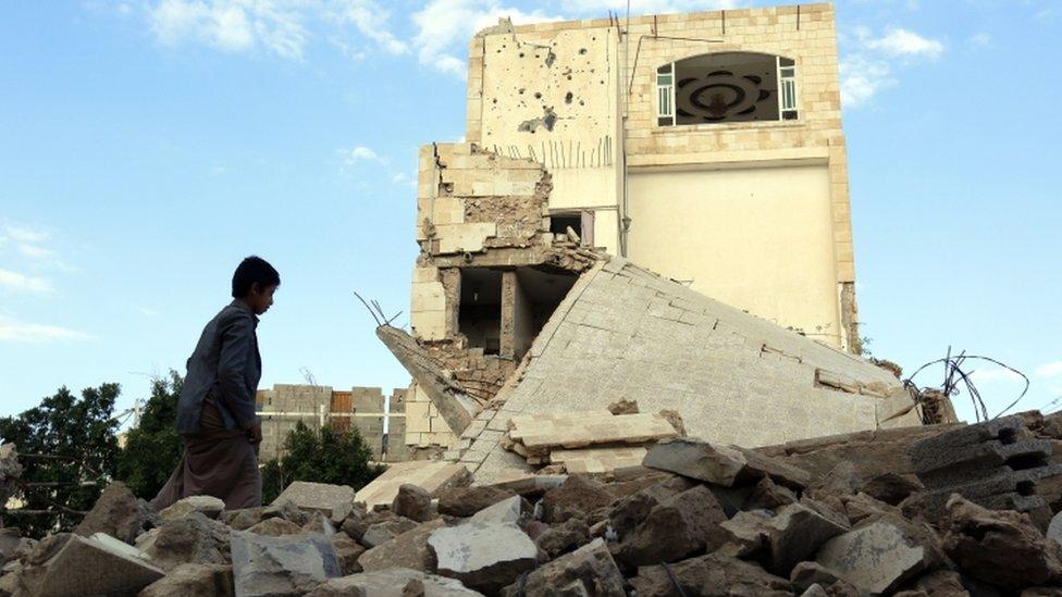 بناء مهدمبعد غارة جوية في صنعاء