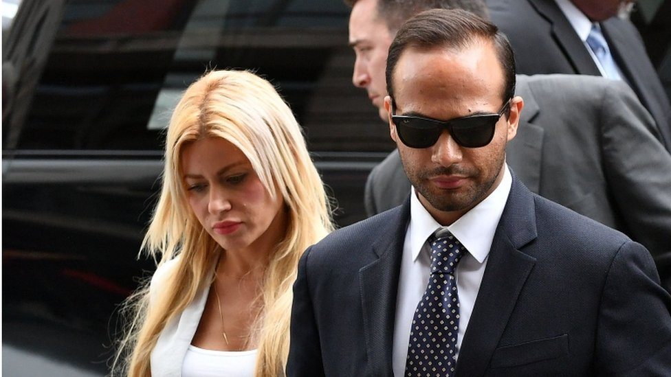بابادوبولوس برفقة زوجته لدى الوصول مقر المحكمة لسماع الحكم