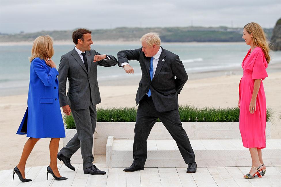 法國總統馬克龍夫婦跟英國首相約翰遜夫婦在沙灘相遇,手肘觸碰代替握手致意。全球新冠疫苗接種和氣候變化是本次峰會兩大主要議題。