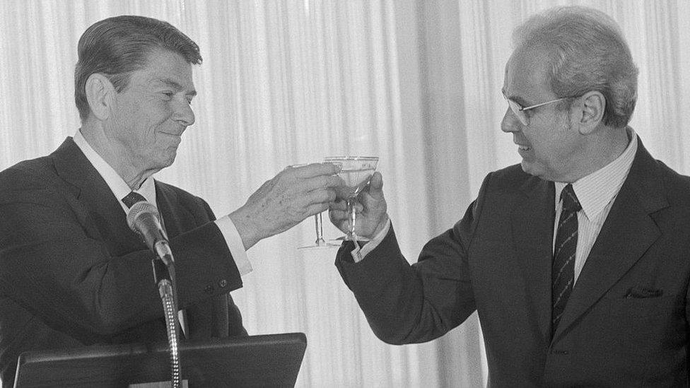 Pérez de Cuéllar toasts with US President Ronald Reagan
