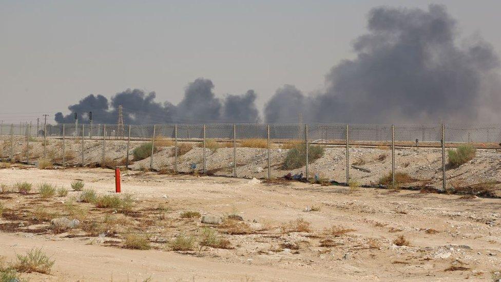 Incendio en las instalaciones de la petrolera saudita Aramco en 2019.
