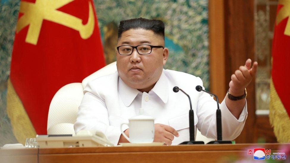 金正恩在平壤主持朝鮮勞動黨中央委員會政治局緊急擴大會議(25/7/2020;朝中社2020年7月26日發放照片)