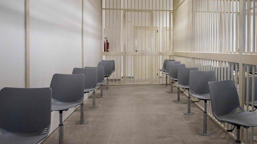 Kursi untuk terdakwa