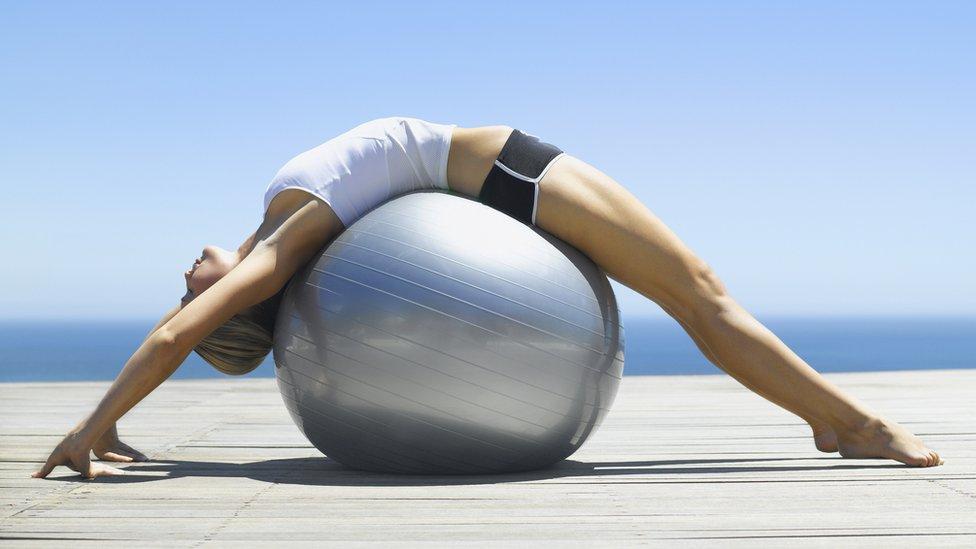Mujer con una pelota suiza