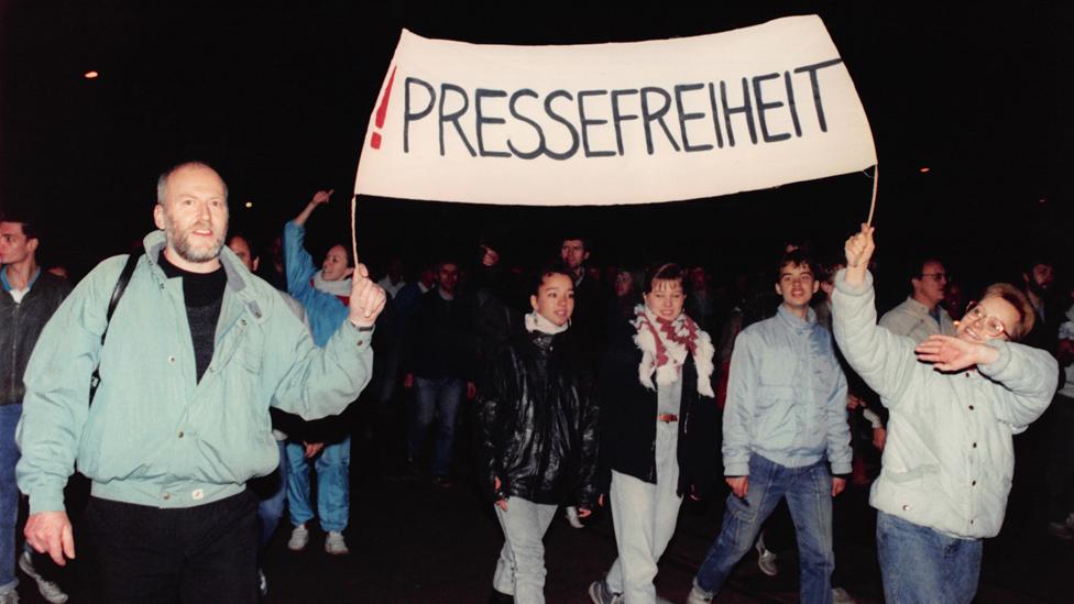 لافتة في 16 أكتوبر/تشرين الأول تطالب بحرية الصحافة