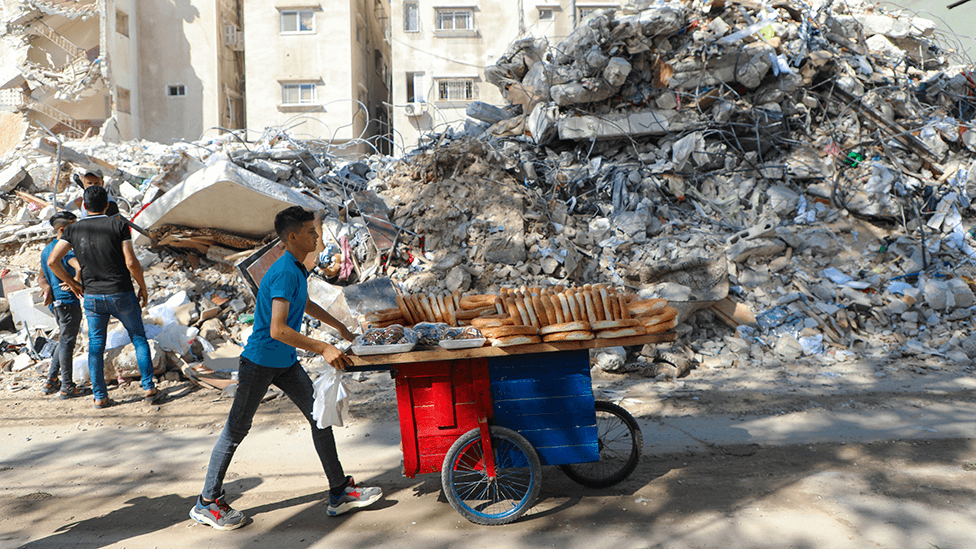 Joven vendiendo pan en la Franja de Gaza el 19 de mayo de 2021