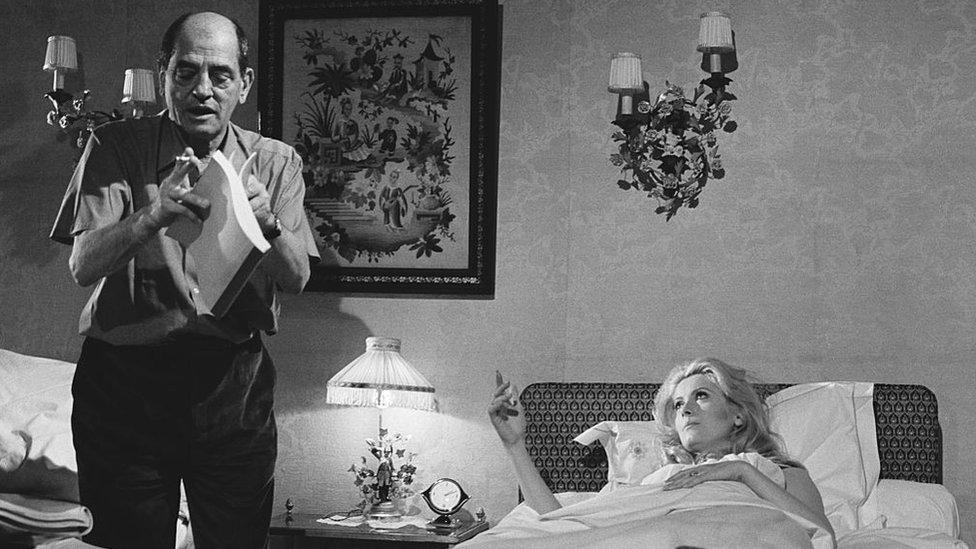 Luis Buñuel, Catherine Deneuve ile 'Belle de jour' (Gündüz Güzeli) filminin setinde