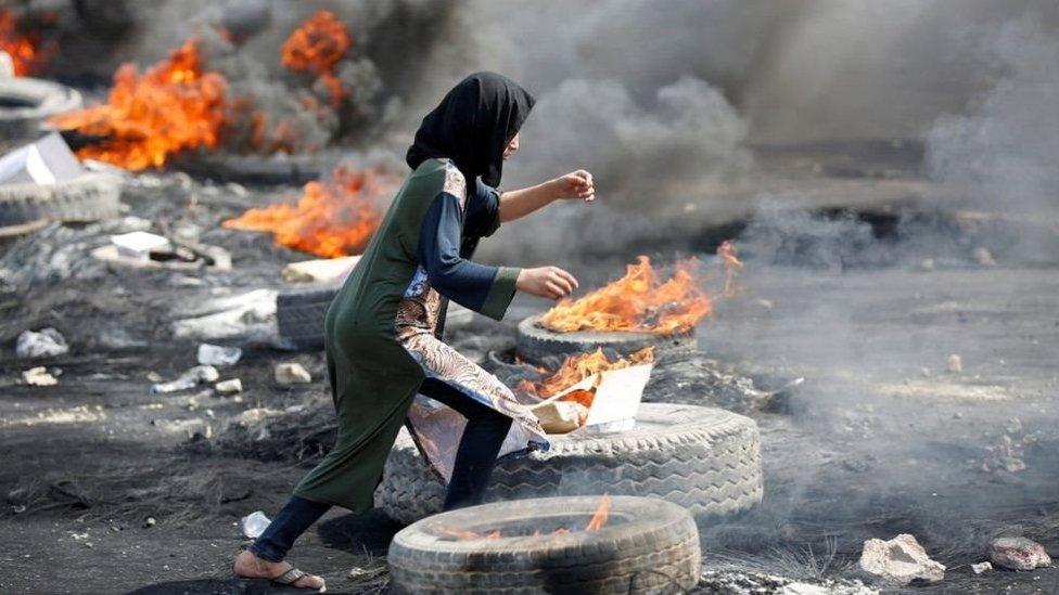مظاهرات العراق: محتجون يتحدون حظر التجوال وسط زيادة عدد القتلى والمصابين
