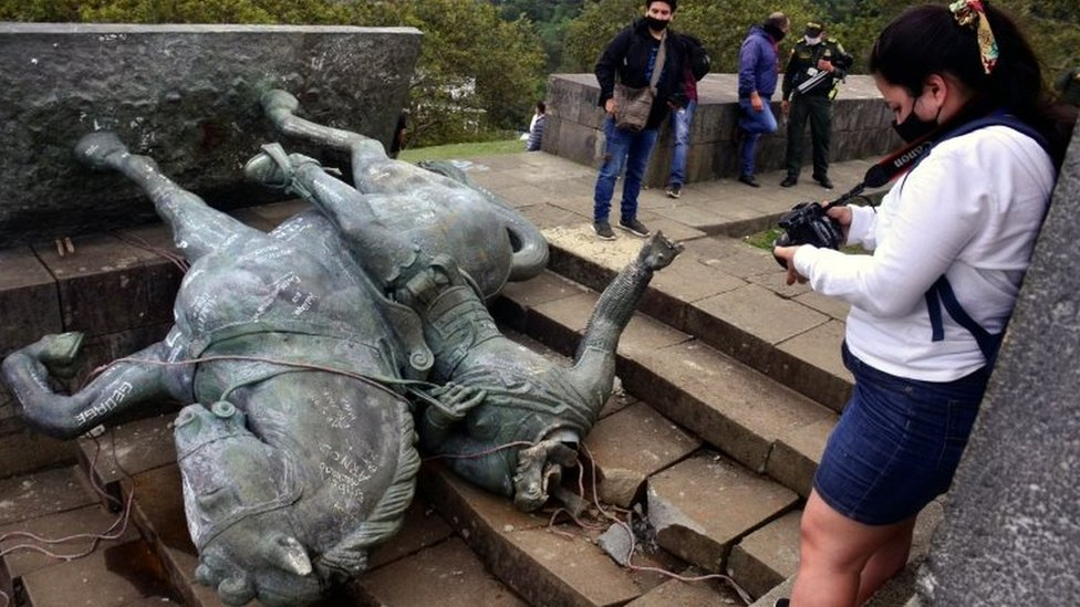People take pictures of the toppled Sebastián de Belalcázar statue in Popayán, Colombia. Photo: 16 September 2020