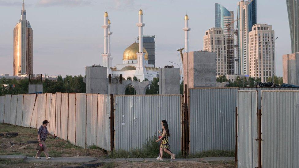 在哈薩克斯坦首都努爾蘇丹,人們走過中資參與的首都輕軌項目。
