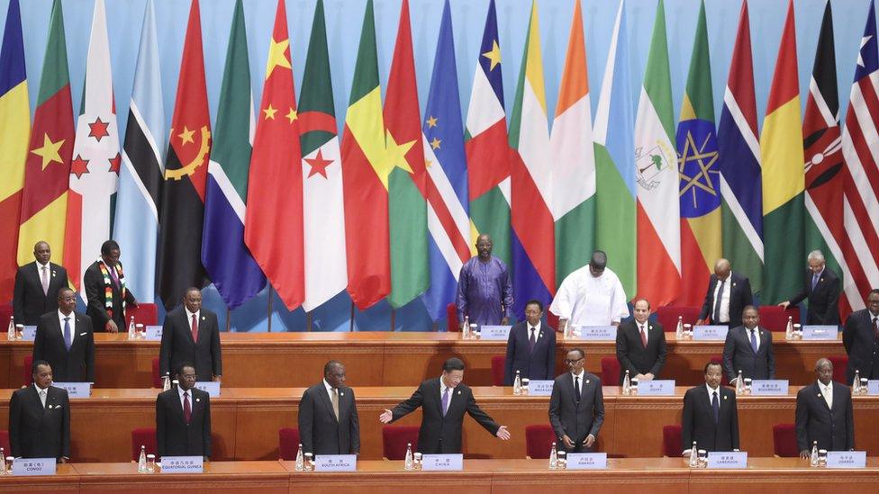 """為了與台灣爭奪邦交國,中國展開了一系列 """"支票簿外交"""" ,為許多非洲國家和其他地區的大型項目提供援助資金。"""