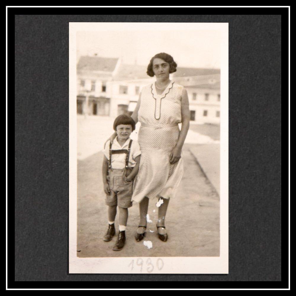 Hedwig y Kurt, en pantalones cortos típicos, en Gmünd.