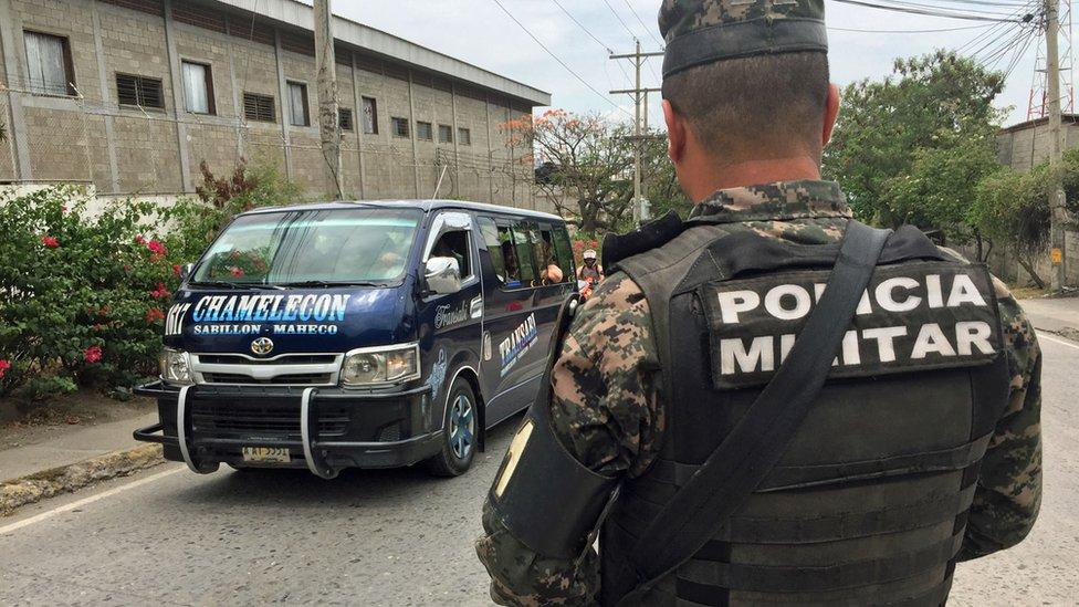Policía militar a la entrada del sector Chamelecón.