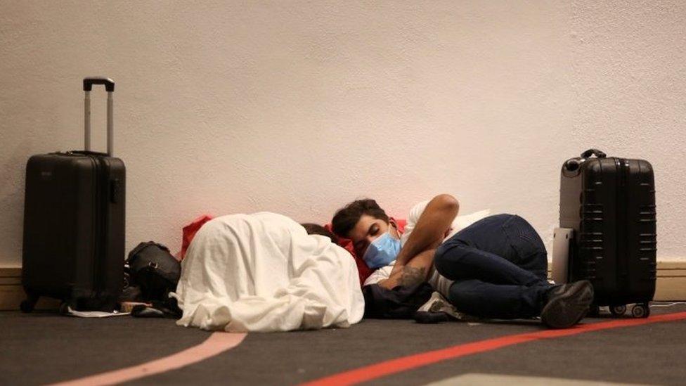 Turistas duermen en el suelo del Centro de Conversiones de Cancún.