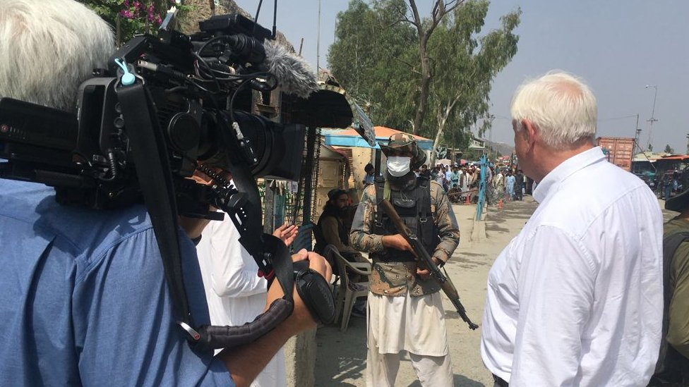 فريق بي بي سي مع حرس حدود طالبان