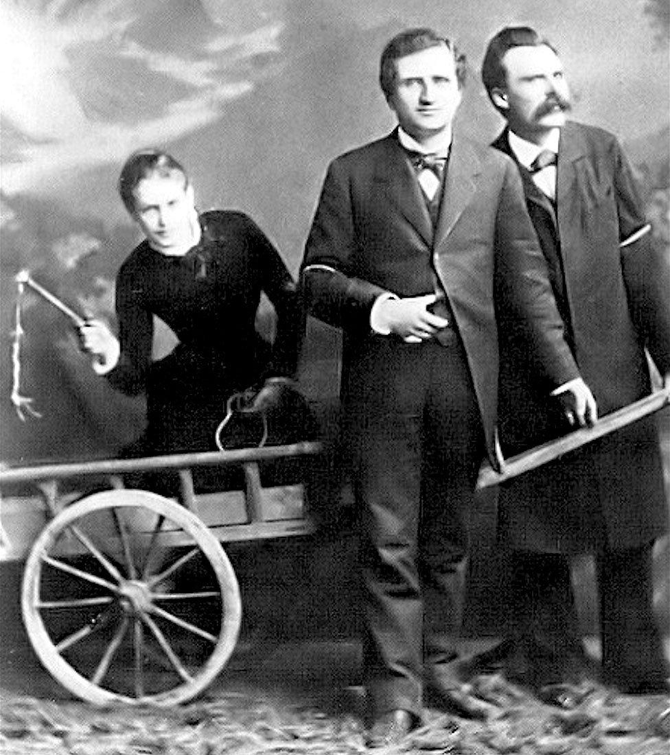 La famosa foto de la Trinidad: de izquierda a derecha, Lou Salomé -en la carreta-, Paul Rée y Federico Nietzsche.