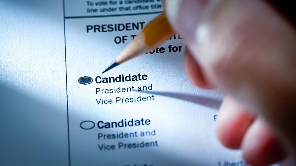 Persona llenando una papeleta en las elecciones de EE.UU.