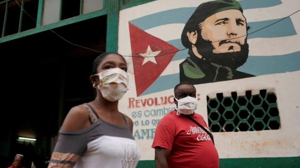 Parede com o rosto de Fidel Castro