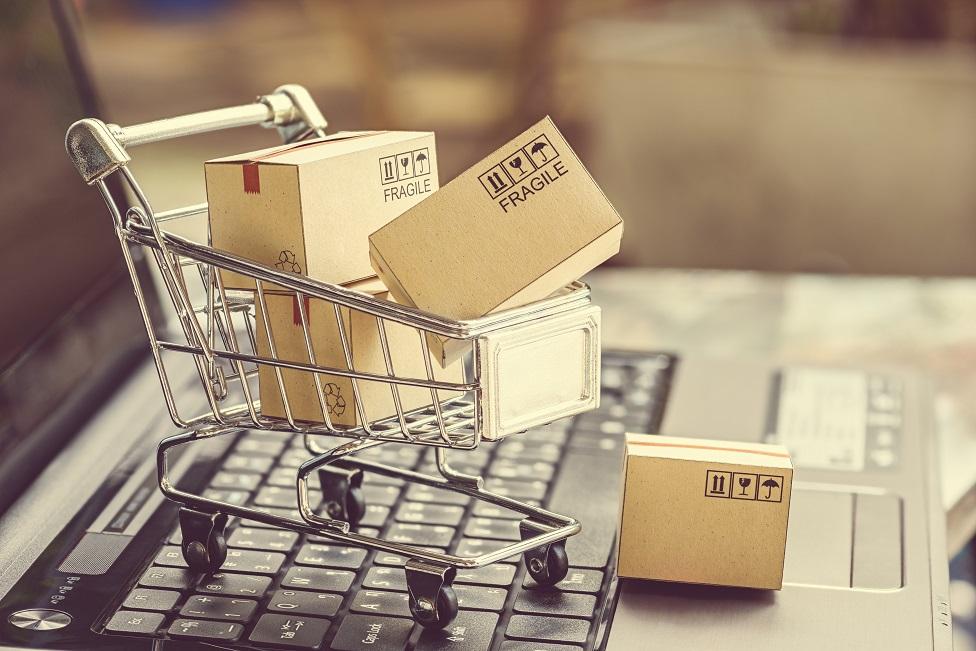 Carrito de supermercado repleto de cajas.
